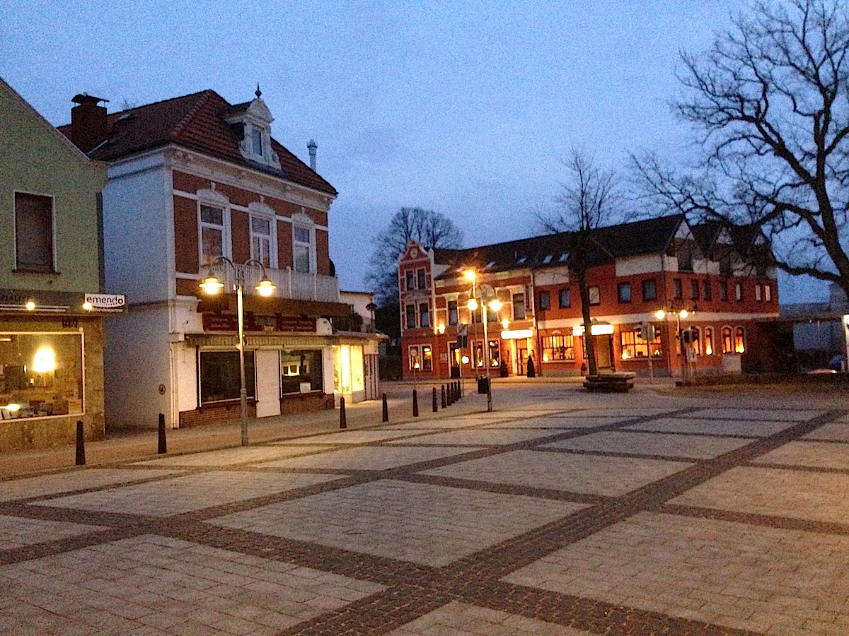 Abendstimmung: Der Marktplatz von Bremen-Blumenthal steht vor einer Umgestaltung (Foto: Thomas Grziwa)