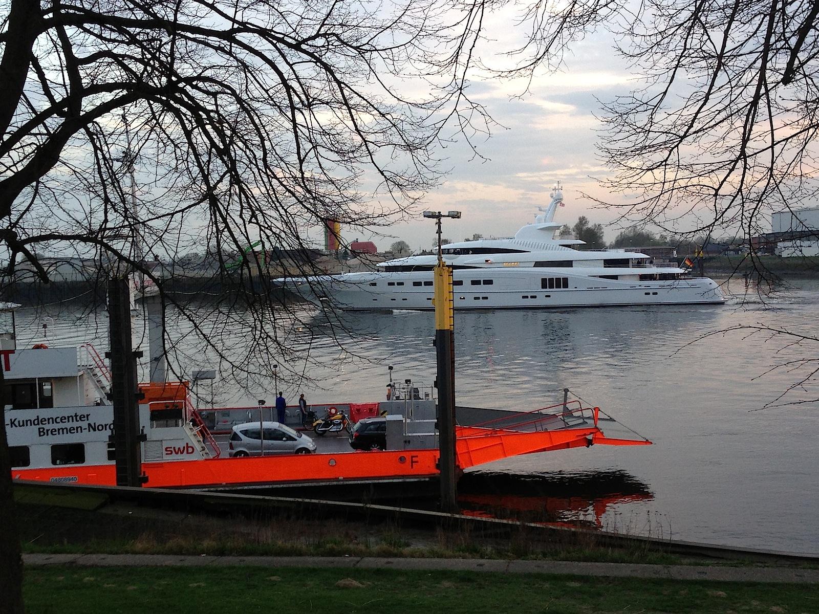 Bremen-Blumenthals maritimes Leben: Begegnung von Luxus-Yacht und Fähre (Foto: Thomas Grziwa)