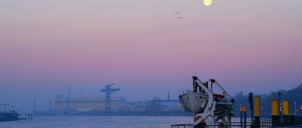Romantisches Bild am Wasser - die Weser bei Bremen-Vegesack mit Werftanlagen. Die Lage in Bremen-Nord: Nicht so schlecht wie befürchtet, nicht so gut wie erhofft? (Quelle: WikiMedia)